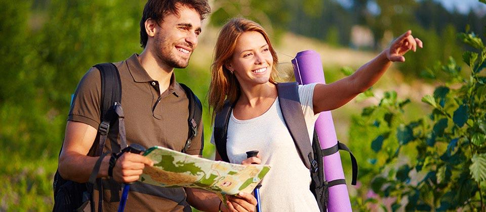 Una coppia con una cartina in cerca del percorso giusto tra le montagne dell'Alto Adige