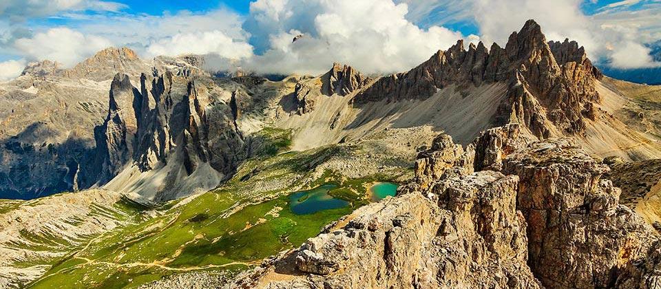 Un piccolo laghetto di montagna tra le cime delle Dolomiti italiane