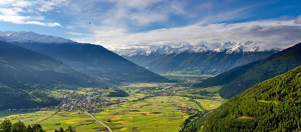 Panorama von oben vom grünen Vinschgau-Tal