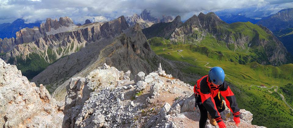 Bergsteiger genießt die Sicht der italienischen Alpen in Südtirol
