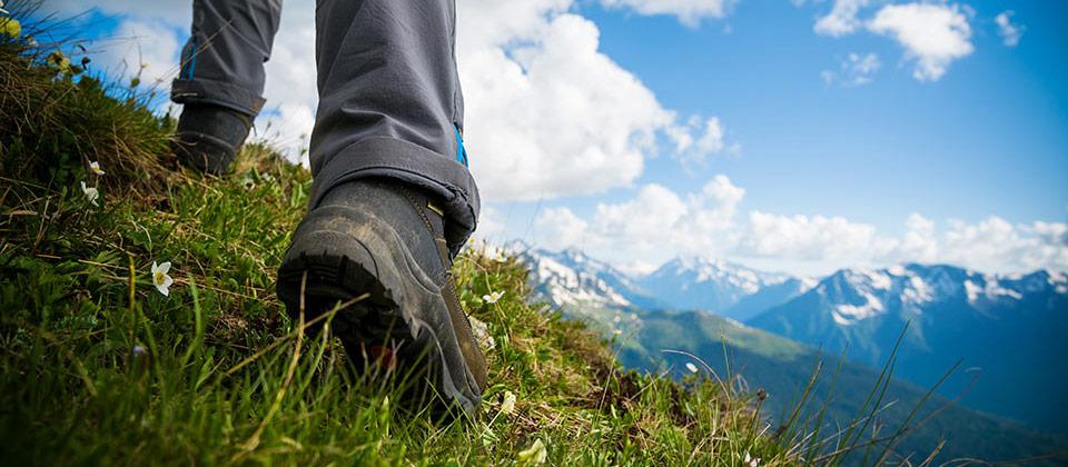Detailansicht von Wanderschuhen bei einer Wanderung durch Südtirols Alpen
