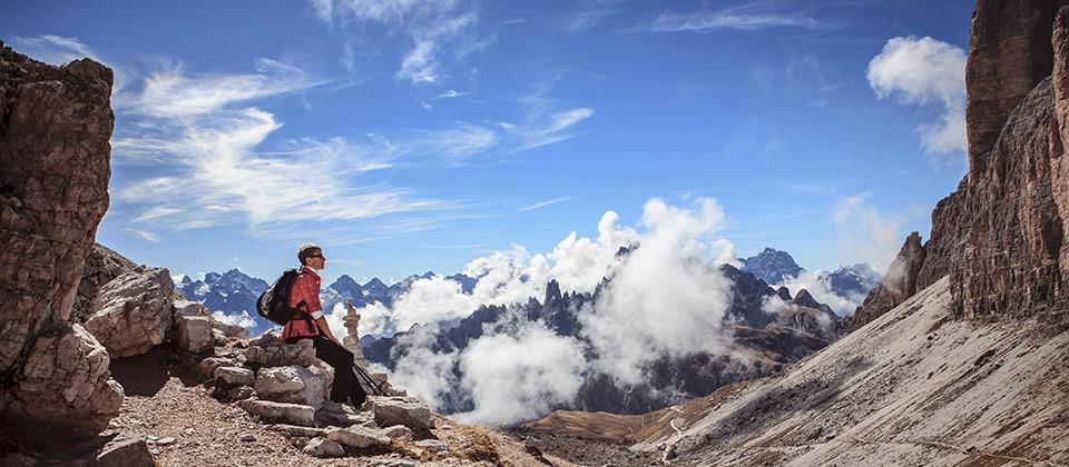 Bergwanderer beim Ausruhen in den von der Sommersonne geküssten Dolomiten