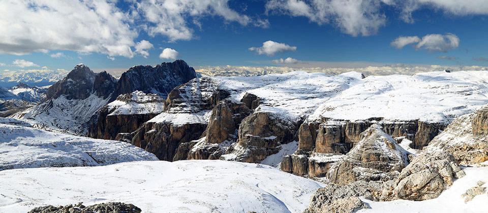 Schneebedeckte Berge in Südtirols Dolomiten während des Winters