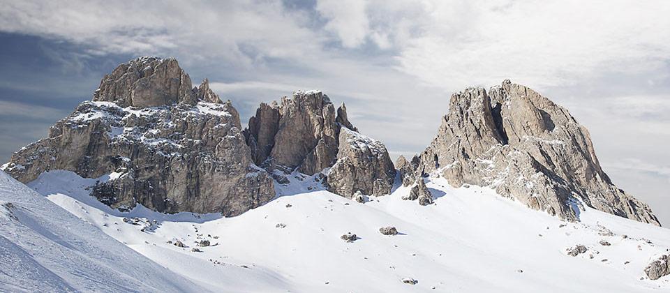 Die Dolomiten vom Fassatal aus gesehen, umhüllt von Schnee in den Wintermonaten