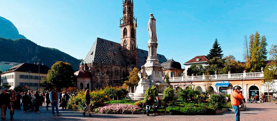 Il duomo di Bolzano visto dalla Piazza Walther