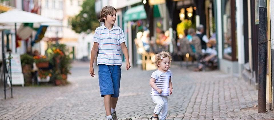 Kinder beim Bummeln im alten Stadtzentrum von Bozen