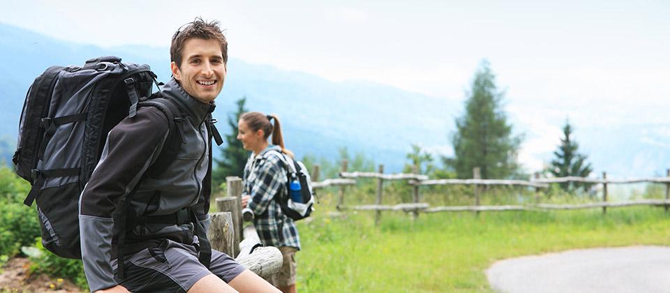 Ein Paar erholt sich nach dem Wandern in den südtiroler Bergen