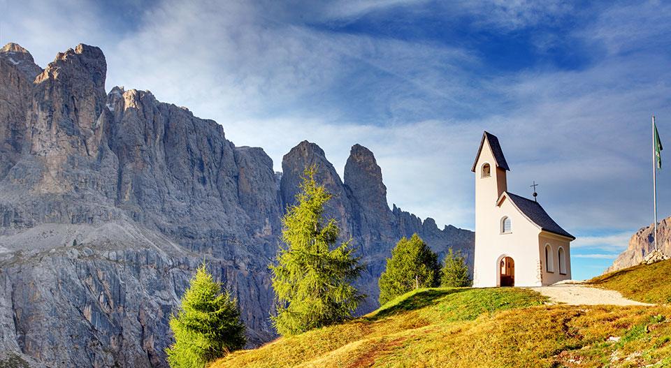 Eine einsame kleine Kirche mitten in den Dolomiten-Alpen