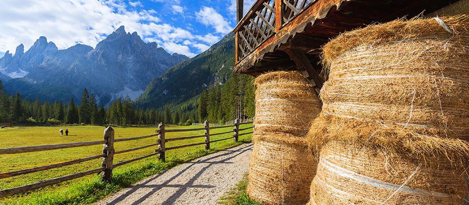 Das Val Fiscalina Gebirge in der Ferne, von Pustertaler Seite aus gesehen