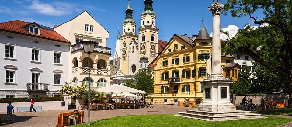 Der Platz mit Statue hinterm Dom im alten Stadtteil von Brixen