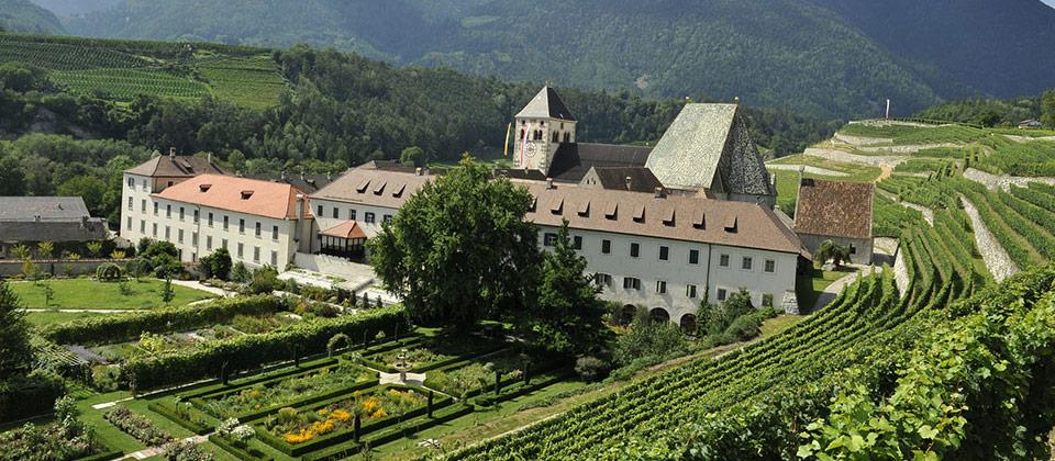 Das Kloster Neustift umgeben von Reben in den Nähe von Brixen